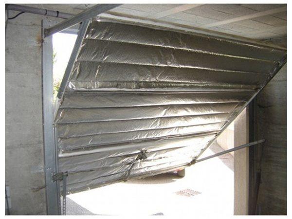 Comment isoler une porte de garage basculante une maison - Comment reboucher une porte ...